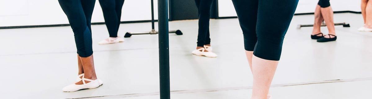 Adultes à la barre durant un cours de ballet